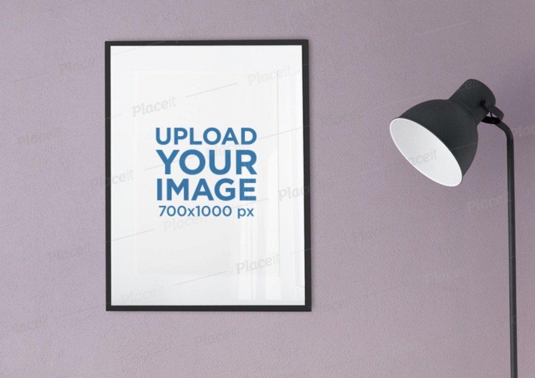maquette d'un cadre d'affiche accroché à côté d'un lampadaire