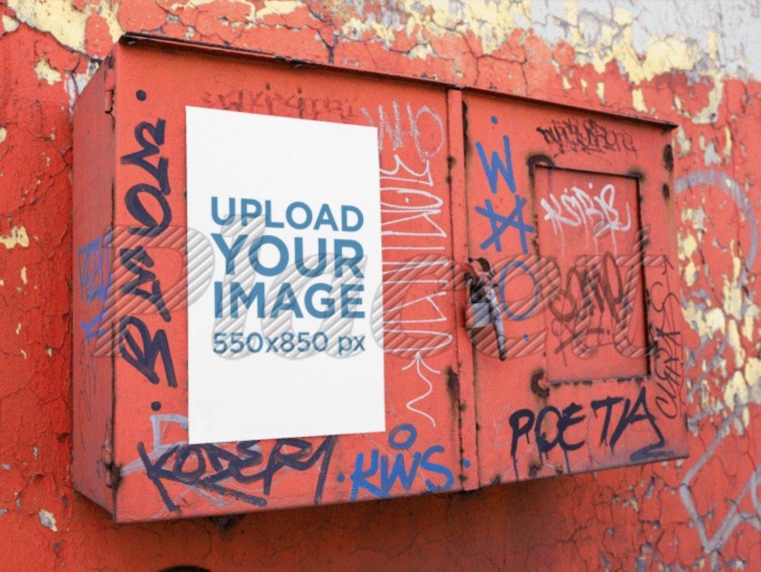 maquette d'affiche sur une boîte en métal rouge avec des graffitis