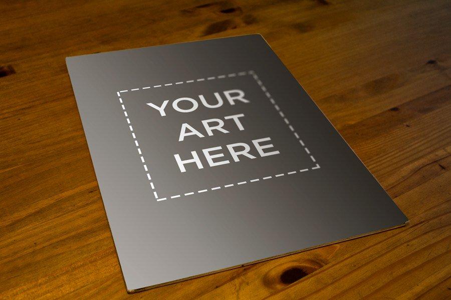 affiche sur maquette de table en bois