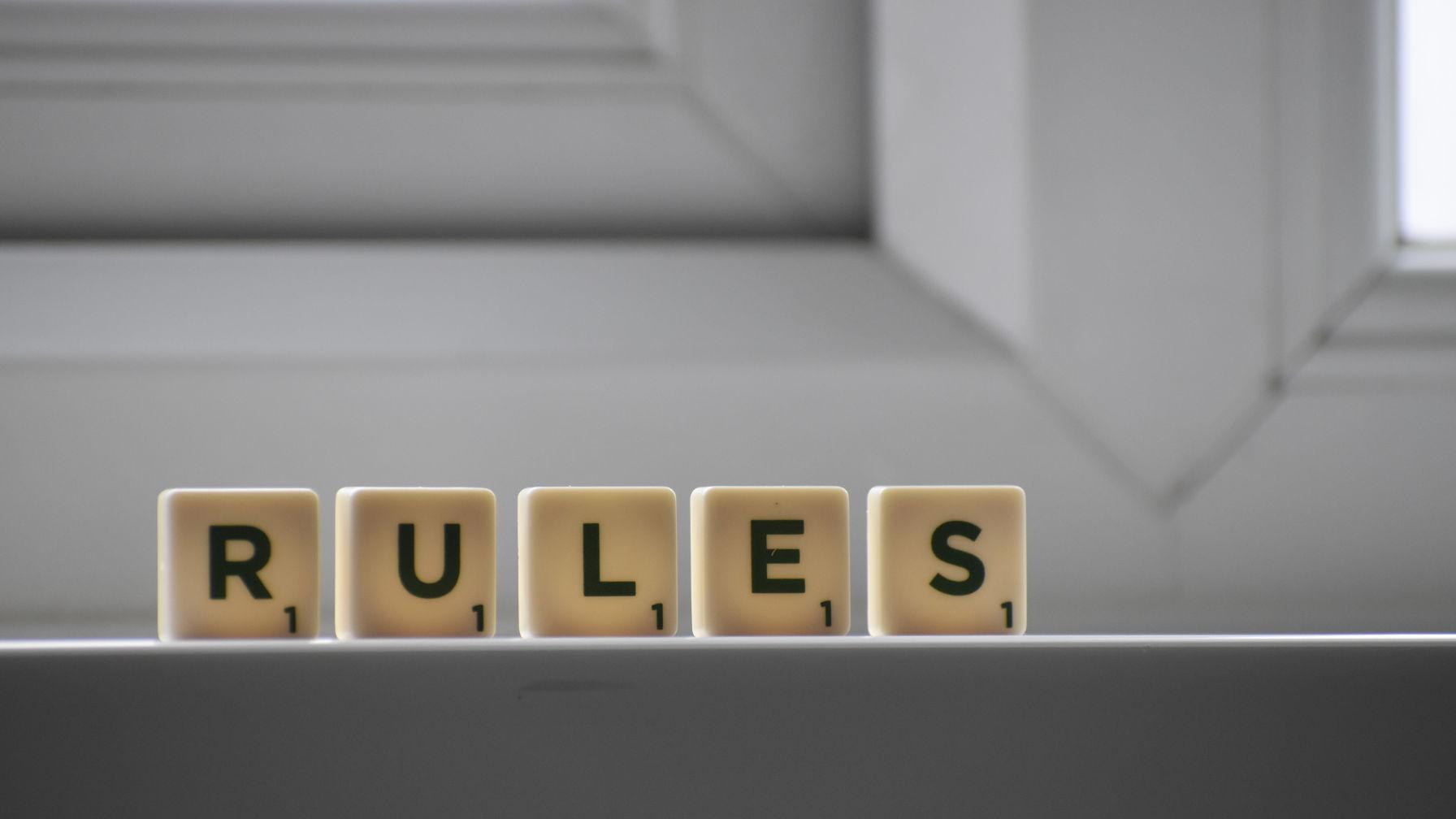 Image décorative qui utilise des lettres du jeu de Scrabble pour épeler les «règles».