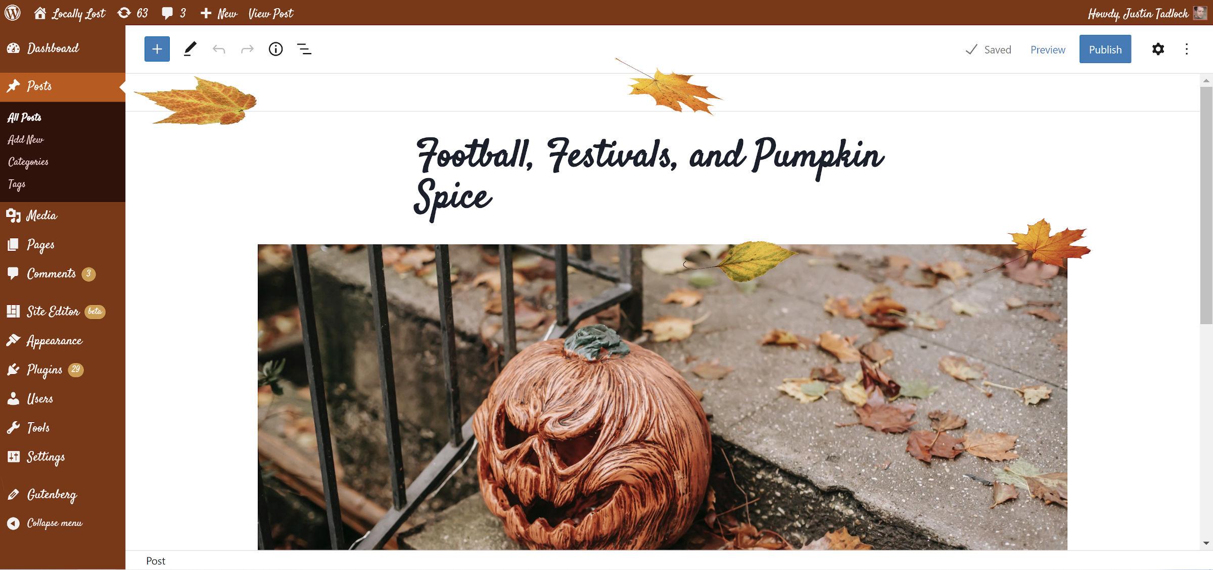 Plugin Pumpkin Spice Admin présenté avec des feuilles qui tombent dans l'éditeur de publication WordPress.
