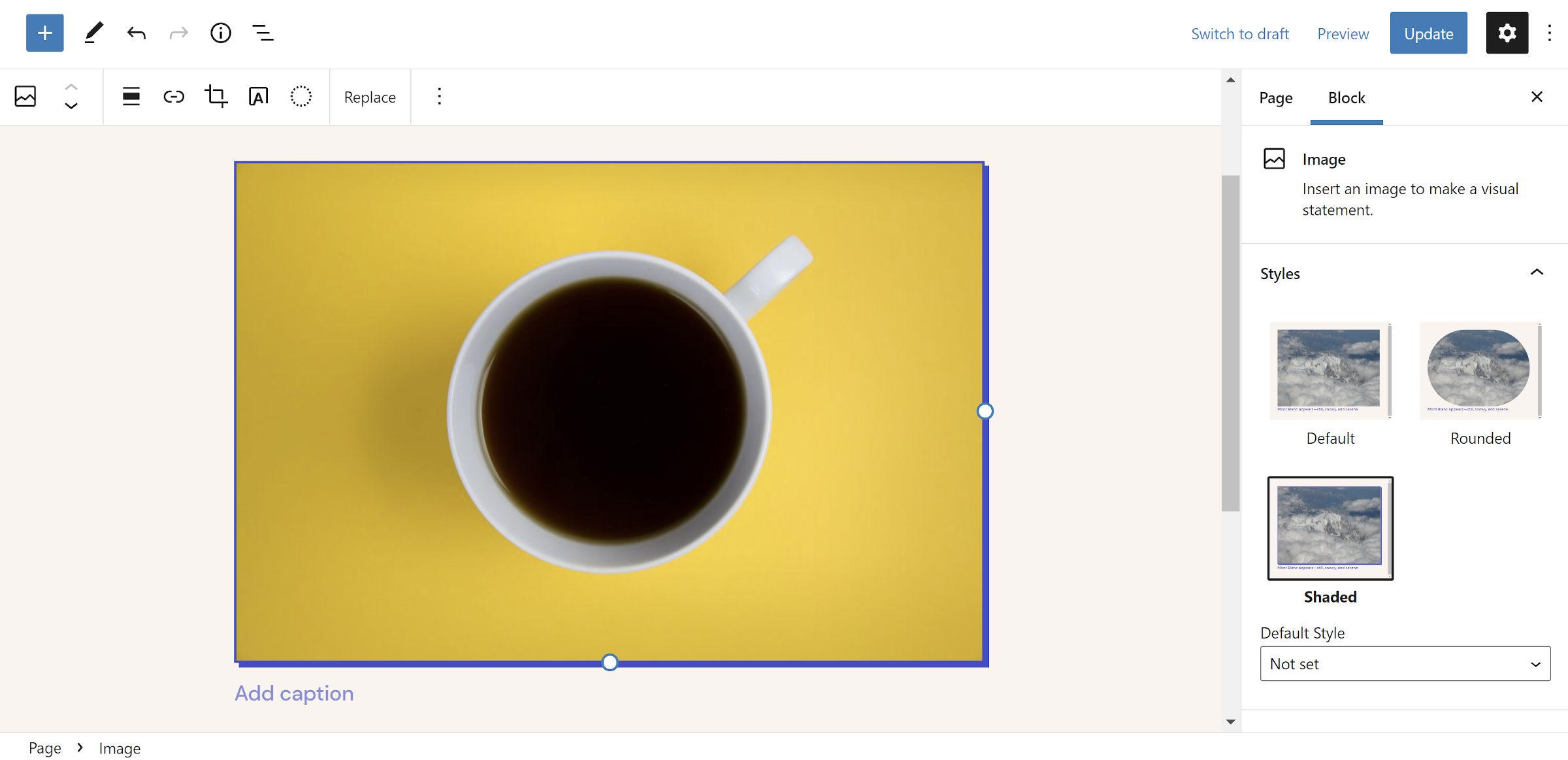 Ombre portée bleue sur l'image d'un café dans une tasse dans l'éditeur WordPress.